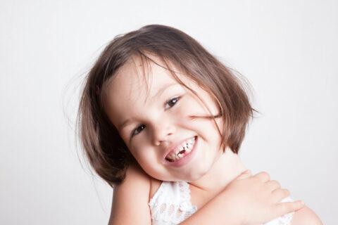 Bambina sorridente dal dentista